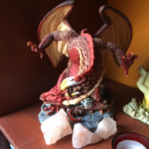 Beeld van een rode Draak vleugels wijd uit Enchantica collectie