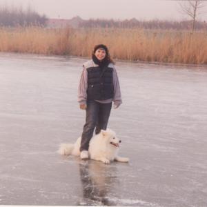 Witte hond Laslo en Karoline samen op ijs